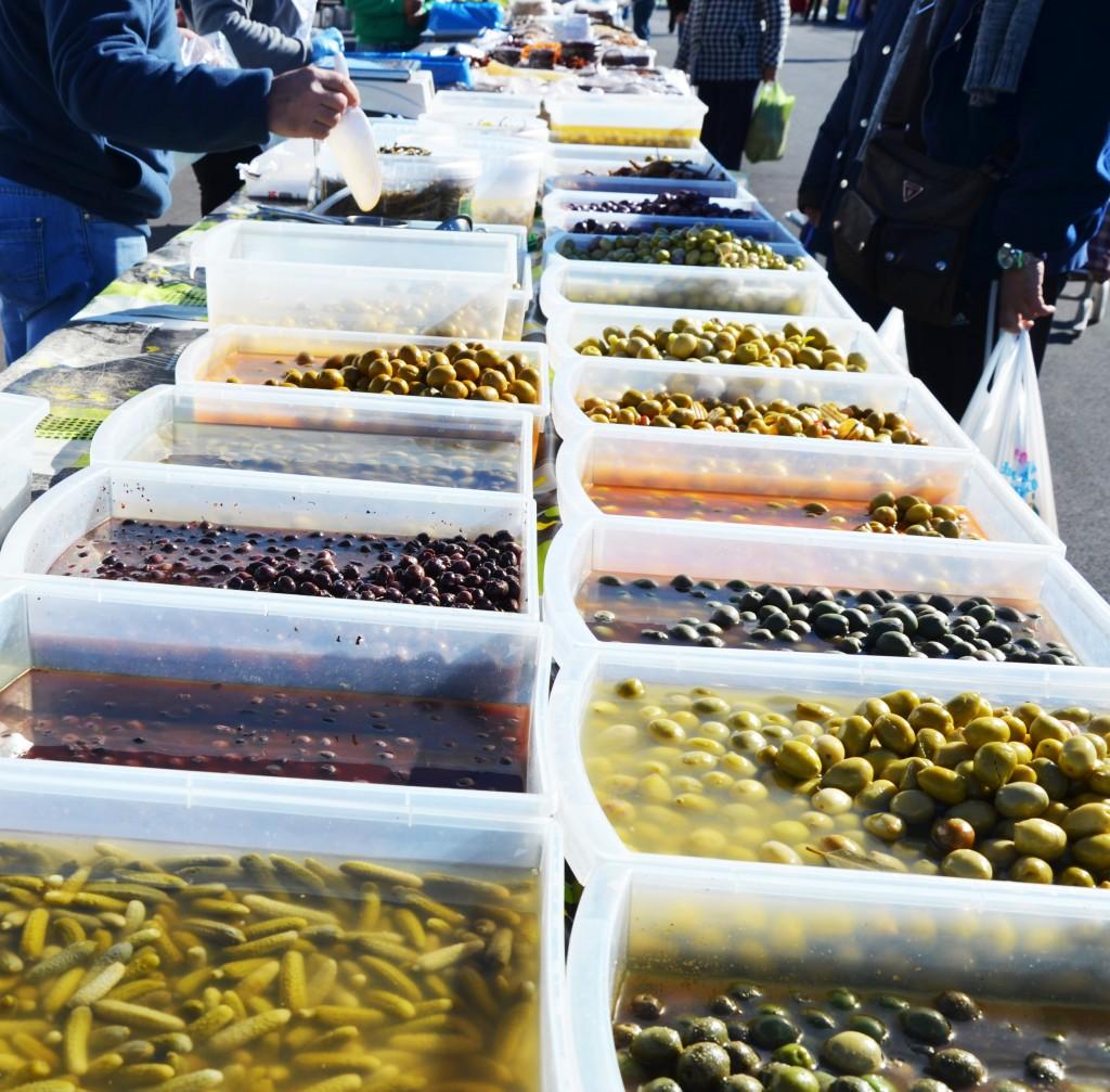 Mercado de encurtidos en Alicante. Olivas. Pepinillos.