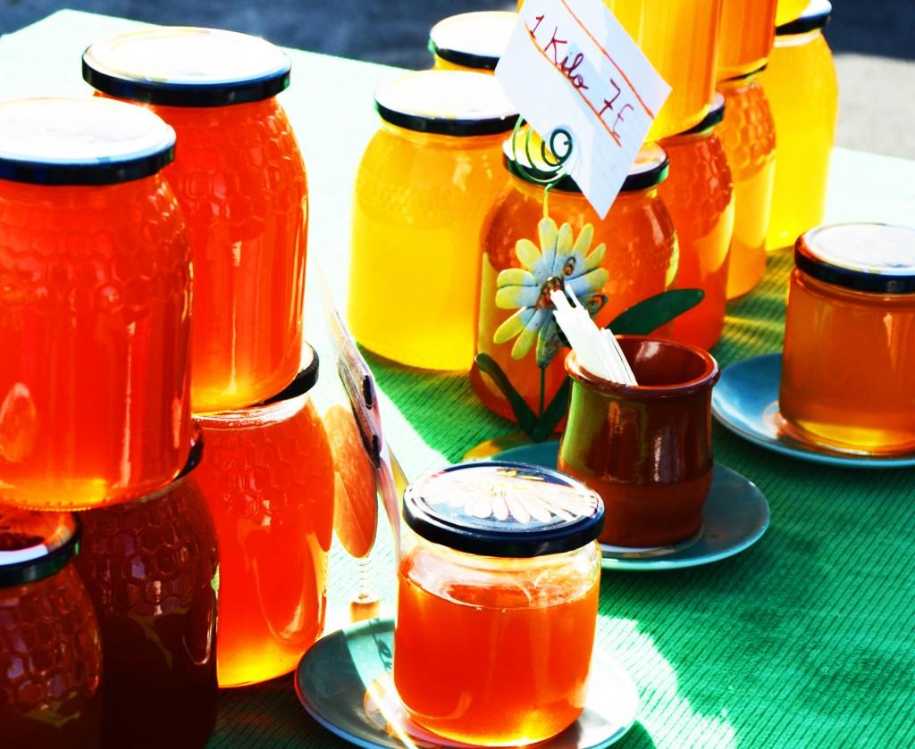 Mercado de productos ecológicos en Alicante. Tarros de miel ecológica
