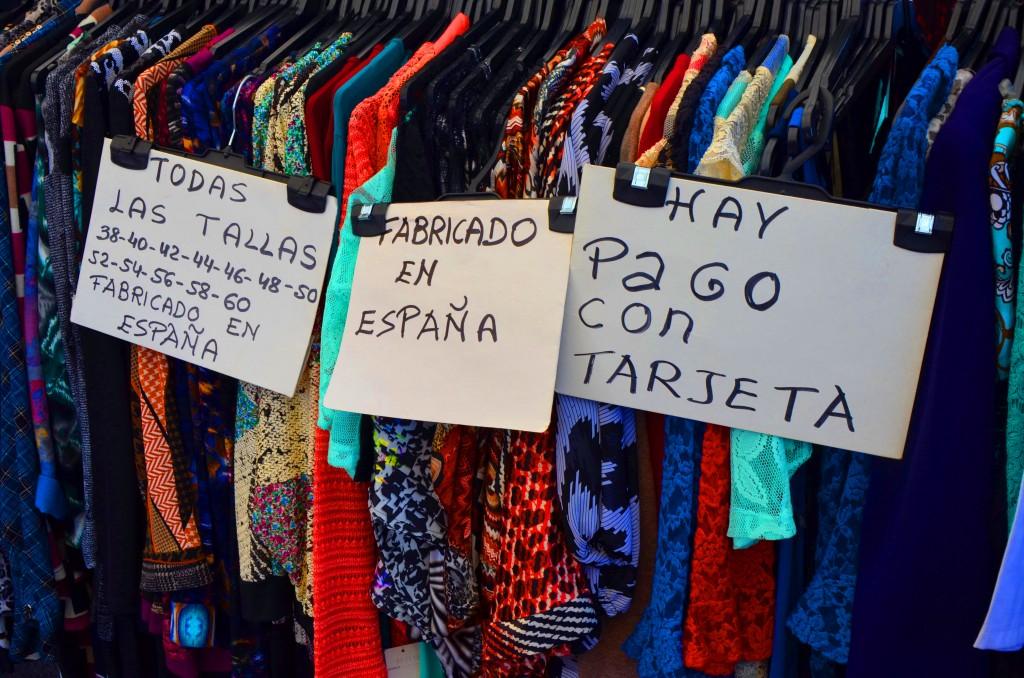 Mercadillo en Alicante. Mercado de ropa