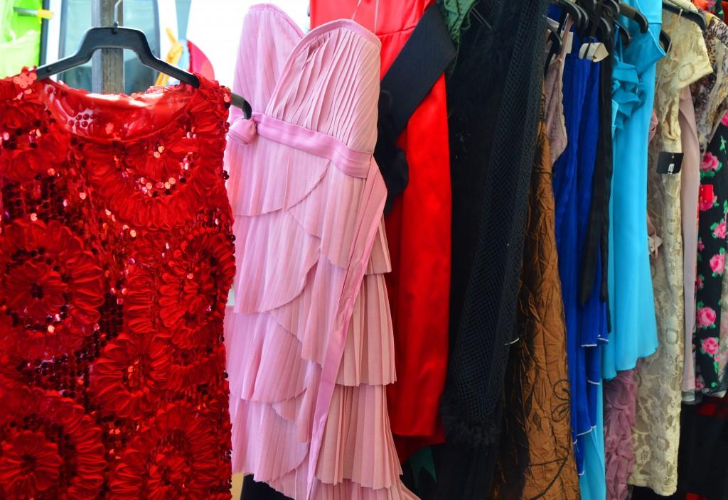 Vestidos de fiesta. Mercadillo en Alicante. Mercado de ropa.